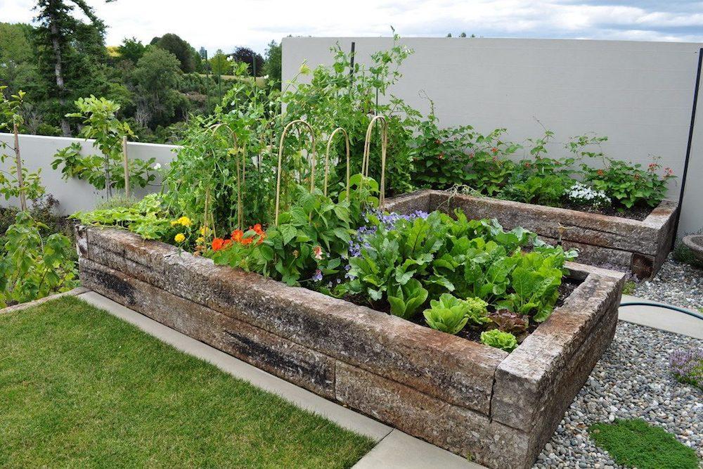 decoracion de jardines con piedras y troncos